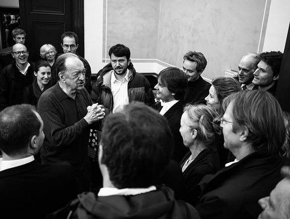 Nikolaus Harnoncourt says farewell to members of the orchestra after his last concert with Royal Concertgebouw Orchestra in 2013 (photo: Renske Vroijk)